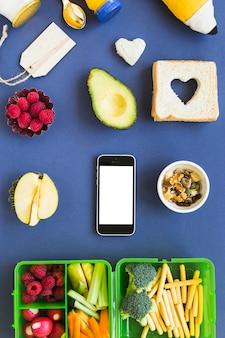 Teléfono alrededor del concepto de comida