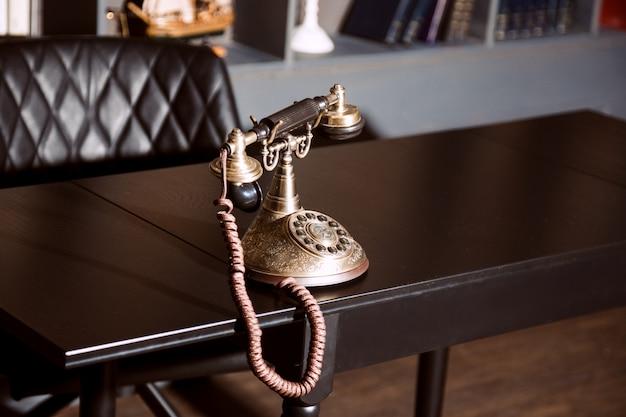 Teléfono antiguo antiguo candelabro vintage en la mesa de trabajo de negocios trabajando en el pasado.