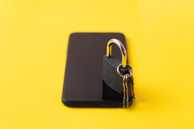 Teléfono con bloqueo en la pantalla. concepto de desintoxicación digital. ciberseguridad de la información.