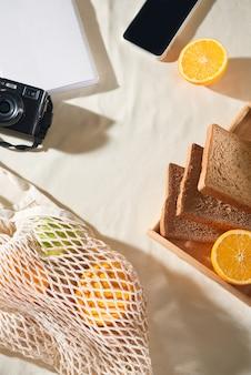 Teléfono, cámara, fruta, bolso, portátil y accesorios, vista superior, endecha plana, el concepto de un picnic, verano