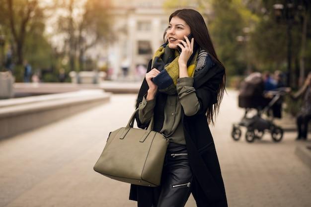 Teléfono celular bonito sobre compras móviles que llaman