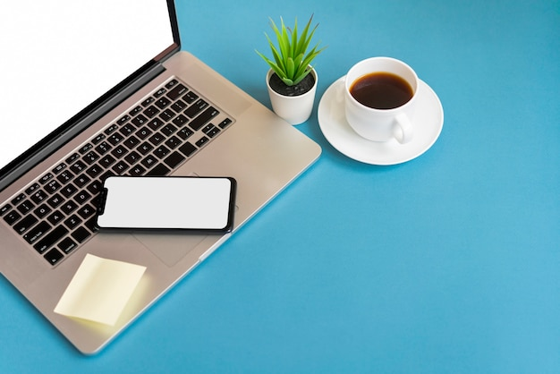 Teléfono en la computadora portátil con espacio de copia