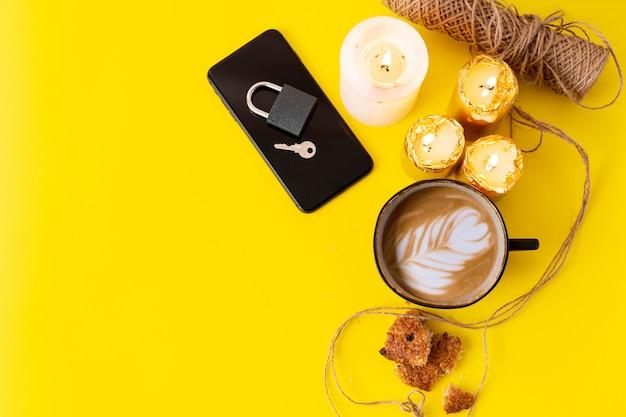 Teléfono con concepto de desintoxicación digital de bloqueo. velas a la hora del café para relajarse.