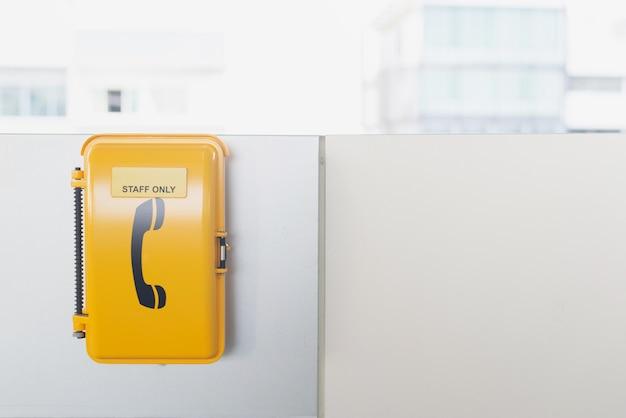 El teléfono de emergencia en el tren de la línea de metro en bangkok tailandia