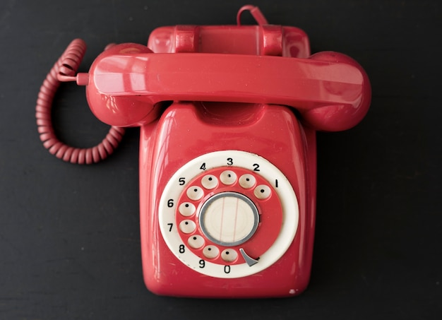 Teléfono de escritorio rojo retro
