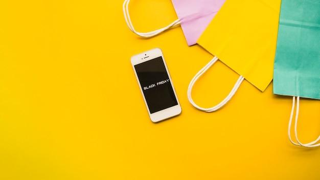 Teléfono con inscripción de viernes negro en mesa.