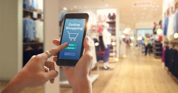 Teléfono inteligente de compras en línea en mano de mujer