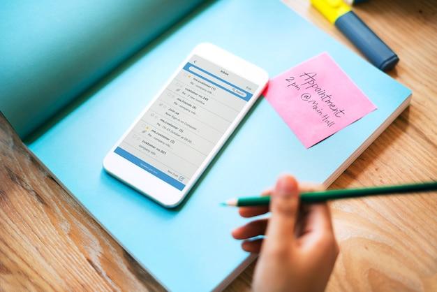 Teléfono inteligente correo electrónico concepto de nota de correspondencia