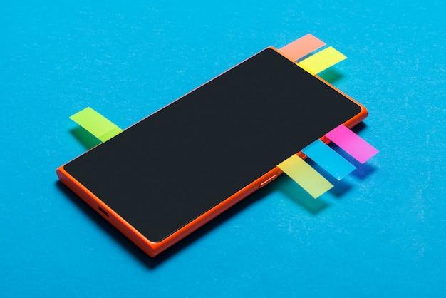 Teléfono inteligente con marcadores, concepto de redes sociales