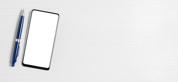 Un teléfono inteligente con una pantalla en blanco sobre un fondo blanco. el concepto de una solicitud en línea para negocios o inversiones. copie el espacio.