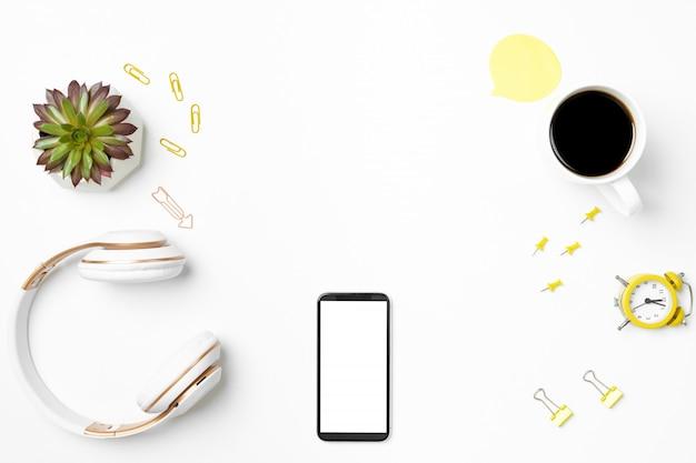 Teléfono inteligente con pantalla vacía, auriculares y papelería