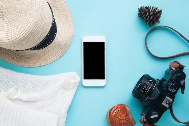 Teléfono inteligente simulacro con accesorios de mujer y cámara para la presentación de la aplicación. vista desde arriba