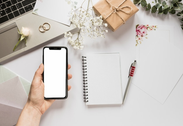 Teléfono con libreta y regalo