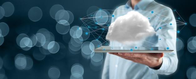 Teléfono de mano de hombre con concepto de computación en nube en pantalla