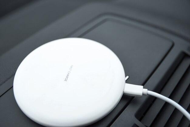 Teléfono móvil, batería de carga del teléfono inteligente, carga inalámbrica en el enchufe del automóvil de cerca