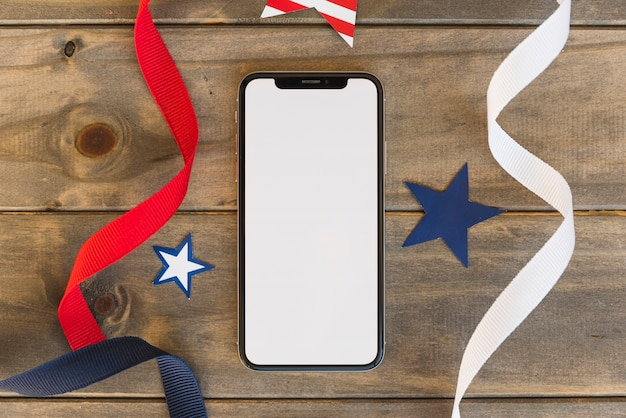 Teléfono móvil con elementos decorativos de símbolos de américa.