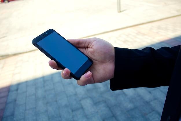 Teléfono móvil en la mano