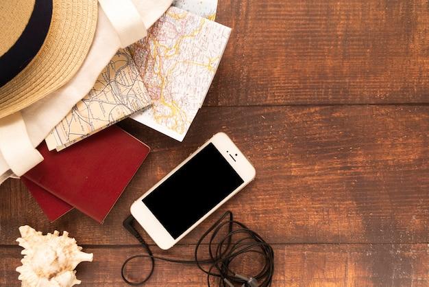 Teléfono móvil y mapas de viaje.