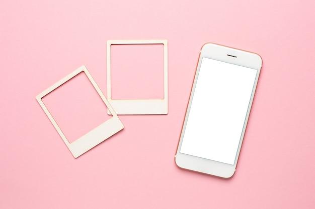 Teléfono móvil con pantalla blanca y composición de plantilla de moodboard con tarjetas fotográficas en blanco