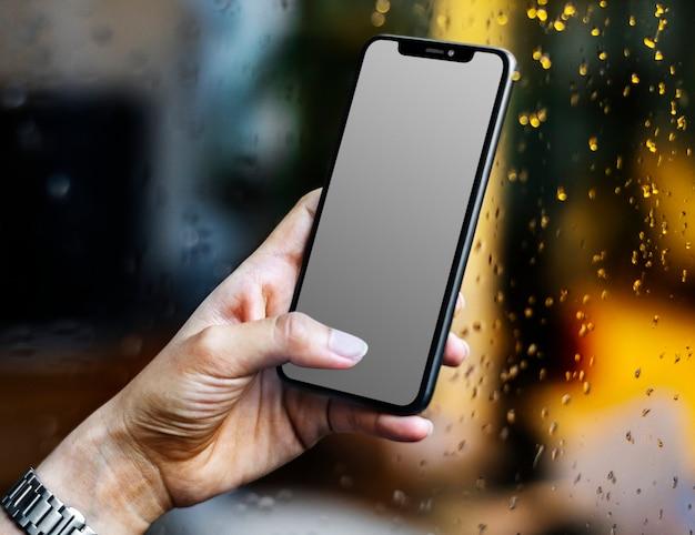 Teléfono móvil de pantalla en blanco usando por mujer