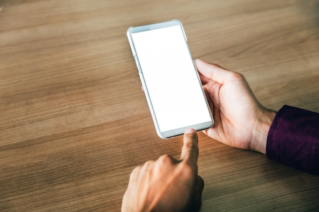 Teléfono móvil con tecnología de pantalla en blanco y concepto de estilo de vida.