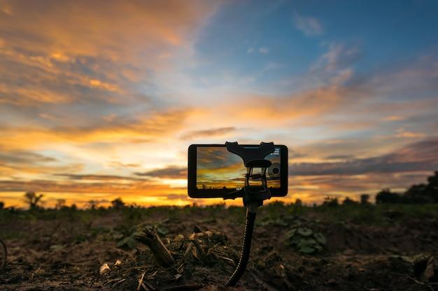 Teléfono móvil toma fotos y time-lapso hermoso color cielo del atardecer