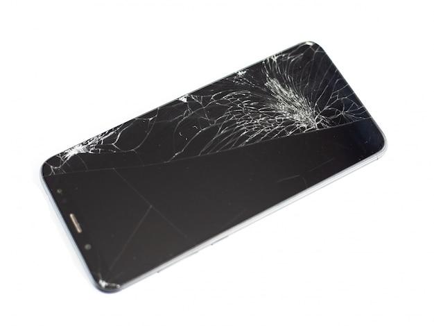 Teléfono negro con sensor y pantalla rotos, cristal táctil roto sobre un fondo blanco.