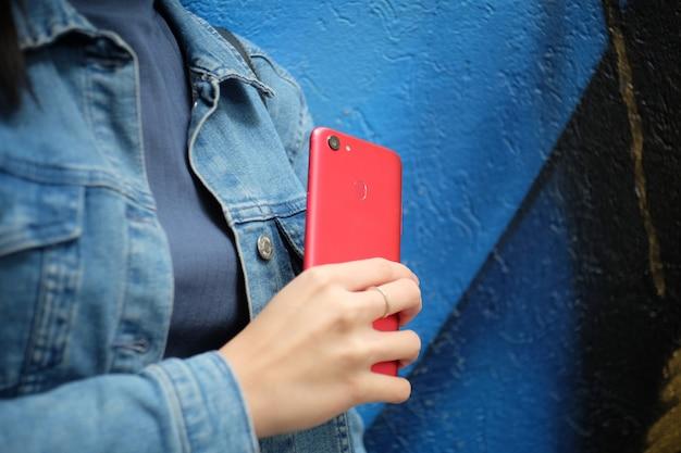 Teléfono rojo en la mano
