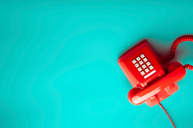 Telefono rojo sobre verde