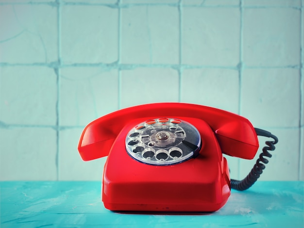 Teléfono rojo vintage en interior retro