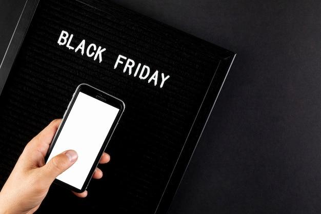 Teléfono simulacro junto a un cartel de viernes negro