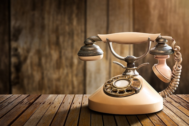 Teléfono de la vendimia en la mesa