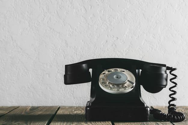 Un teléfono viejo en la madera.
