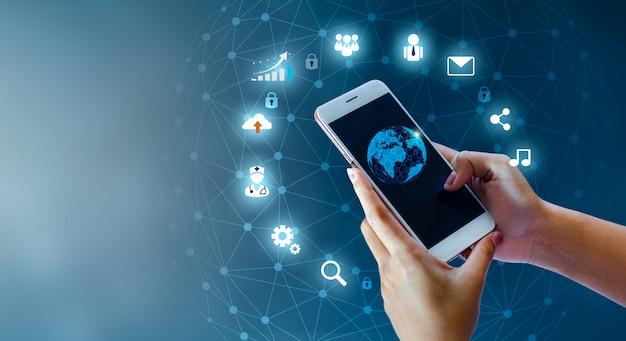 Teléfonos inteligentes y conexiones de globo mundo de comunicación poco común internet