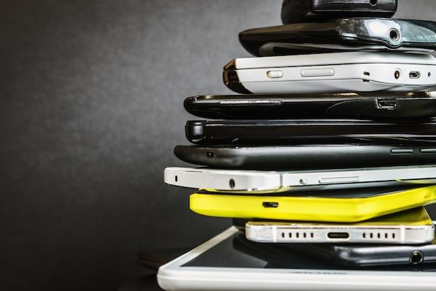 Teléfonos inteligentes y teléfonos móviles viejos y rotos