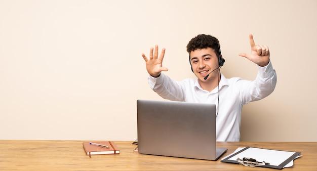 Telemarketer hombre contando siete con los dedos