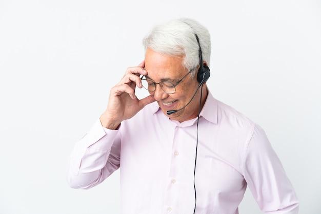 Telemarketer hombre de mediana edad que trabaja con un auricular aislado riendo