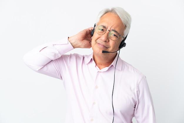 Telemarketer hombre de mediana edad que trabaja con un auricular aislado sobre fondo blanco con dudas