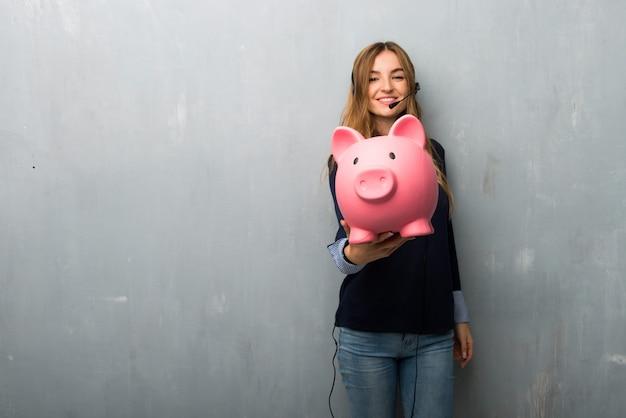 Telemarketer mujer sosteniendo un piggybank