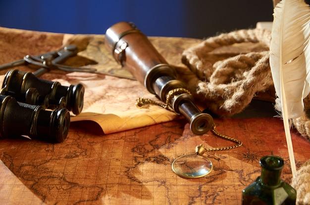Un telescopio con una brújula y varios objetos sobre un viejo mapa de papel