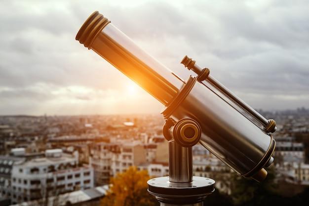 Telescopio sobre la famosa ciudad en un lugar maravilloso.