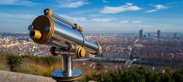 Telescopio y vista panorámica de la ciudad de lyon desde el mirador de la colina de fourvière. francia.