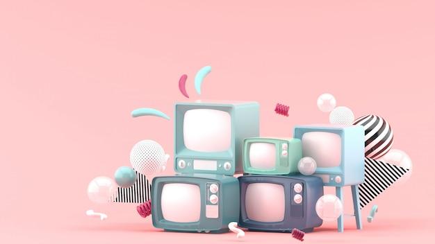 Televisión azul entre bolas de colores en rosa. render 3d