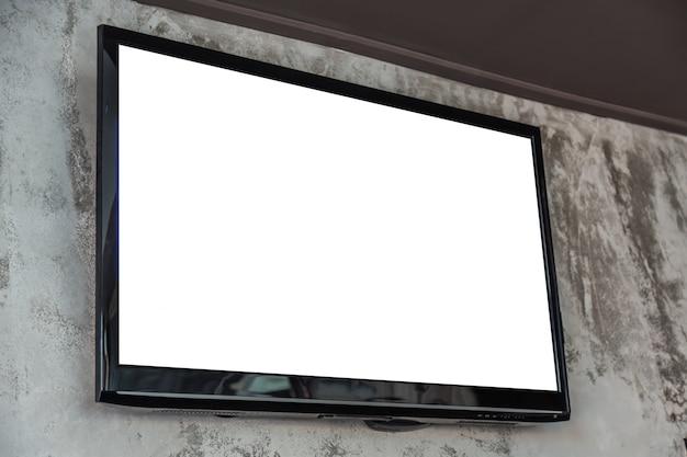 Televisión con pantalla en blanco en la pared