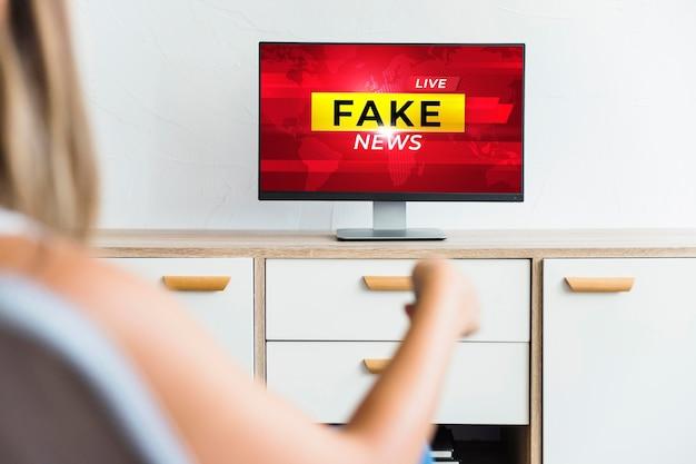 Televisión en primer plano con noticias falsas
