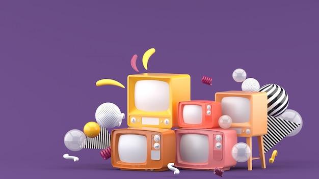 Televisión rosa entre bolas de colores en púrpura. render 3d