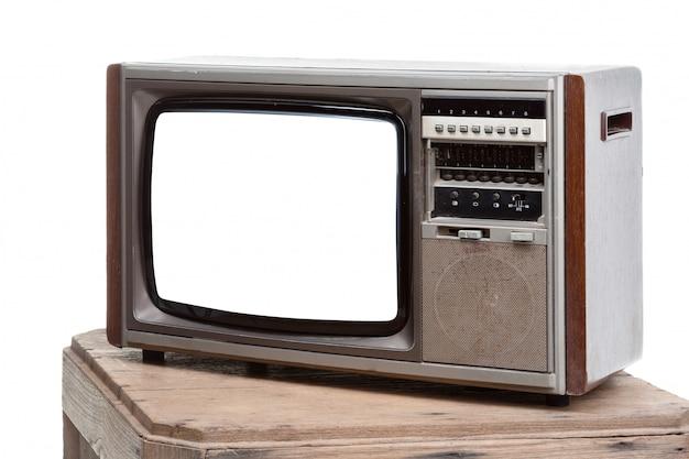 Televisión vintage con pantalla recortada sobre fondo aislado