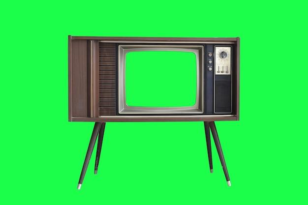 Televisión vintage con pantalla verde aislada sobre fondo verde con trazado de recorte.