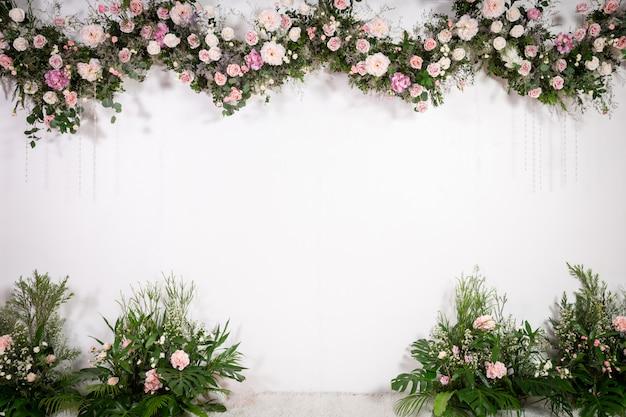 Telón de fondo de boda con flores y decoración