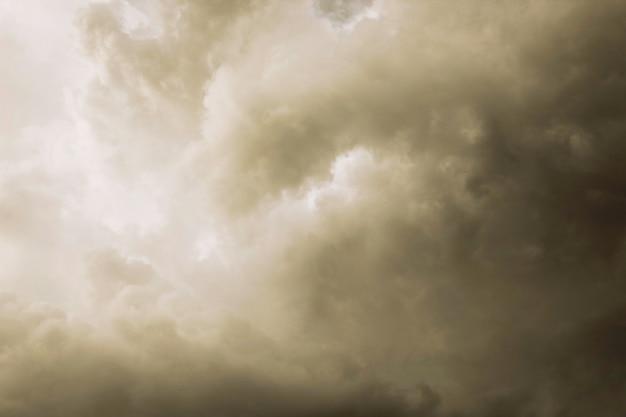 El telón de fondo del cielo con nubes de lluvia.
